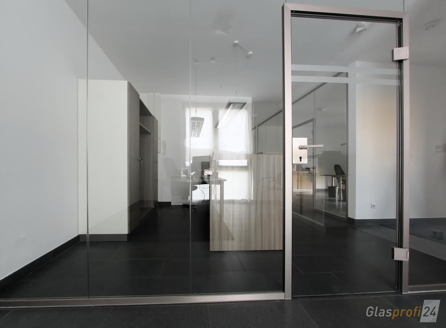 b rotrennwand aus glas mit t r glasprofi24. Black Bedroom Furniture Sets. Home Design Ideas