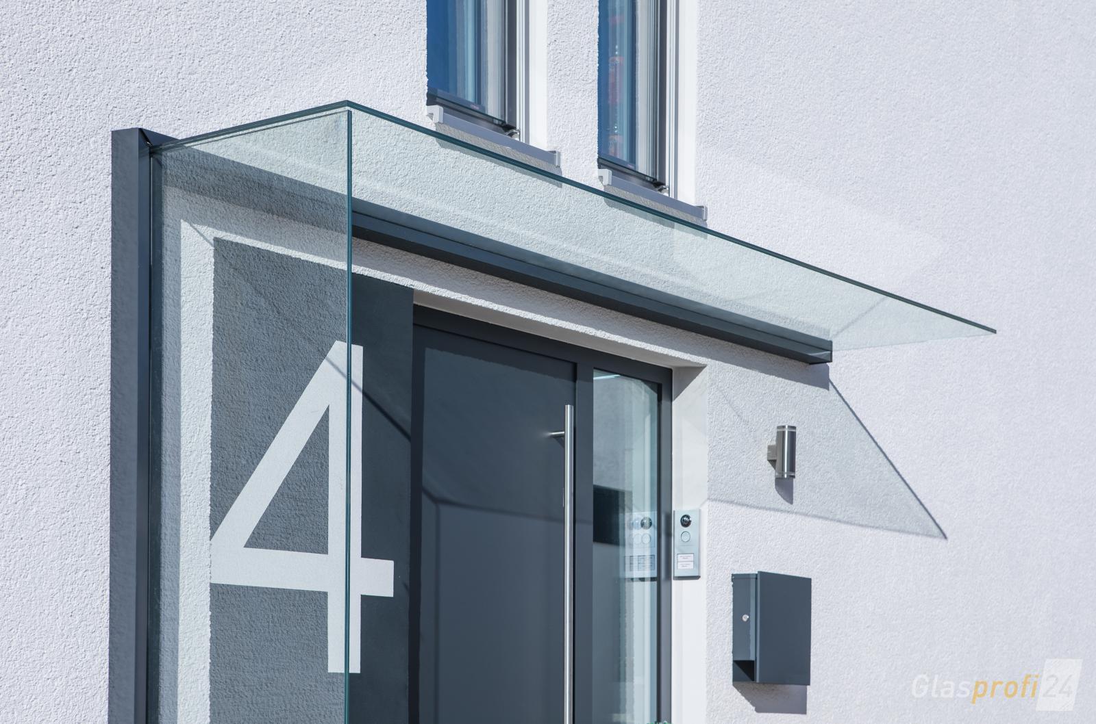 Vordach mit windschutz aus glas glasprofi24 for Modernes haus mit vordach
