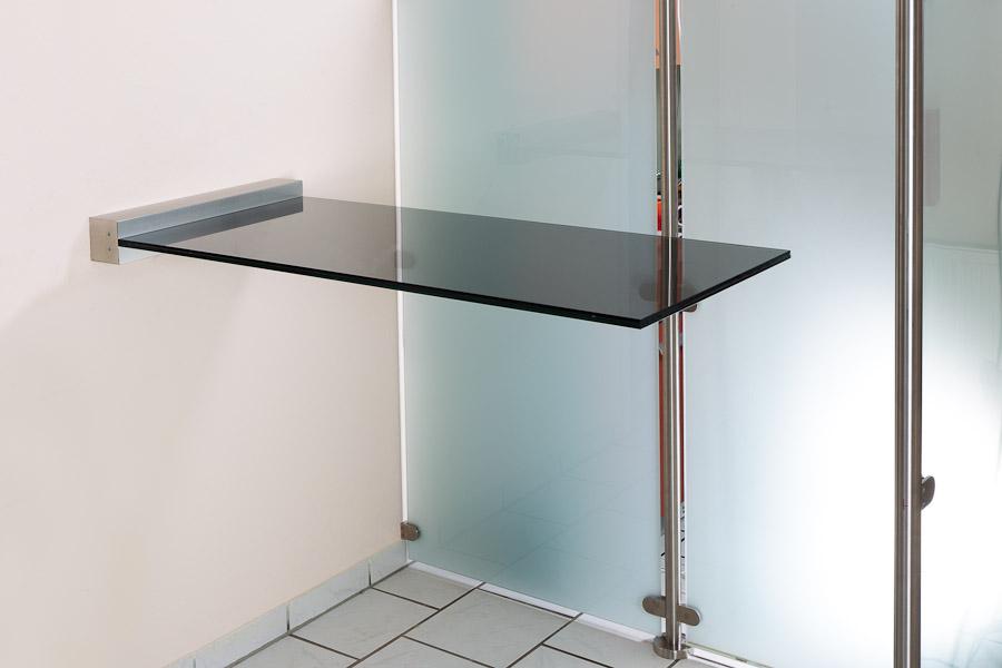 Glas Stehtisch freitragend mit Wandklemmleiste