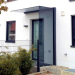 vordach mit windschutz aus glas glasprofi24. Black Bedroom Furniture Sets. Home Design Ideas