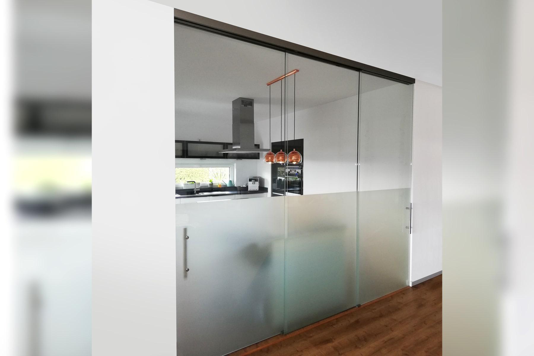 Glastrennwand mit Softclose-Schiebetür   GLASPROFI24