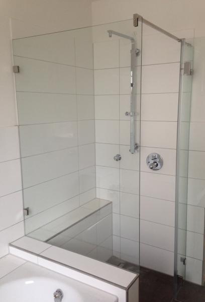 Echtglas-Wand als Badewannenanschluss nach Maß