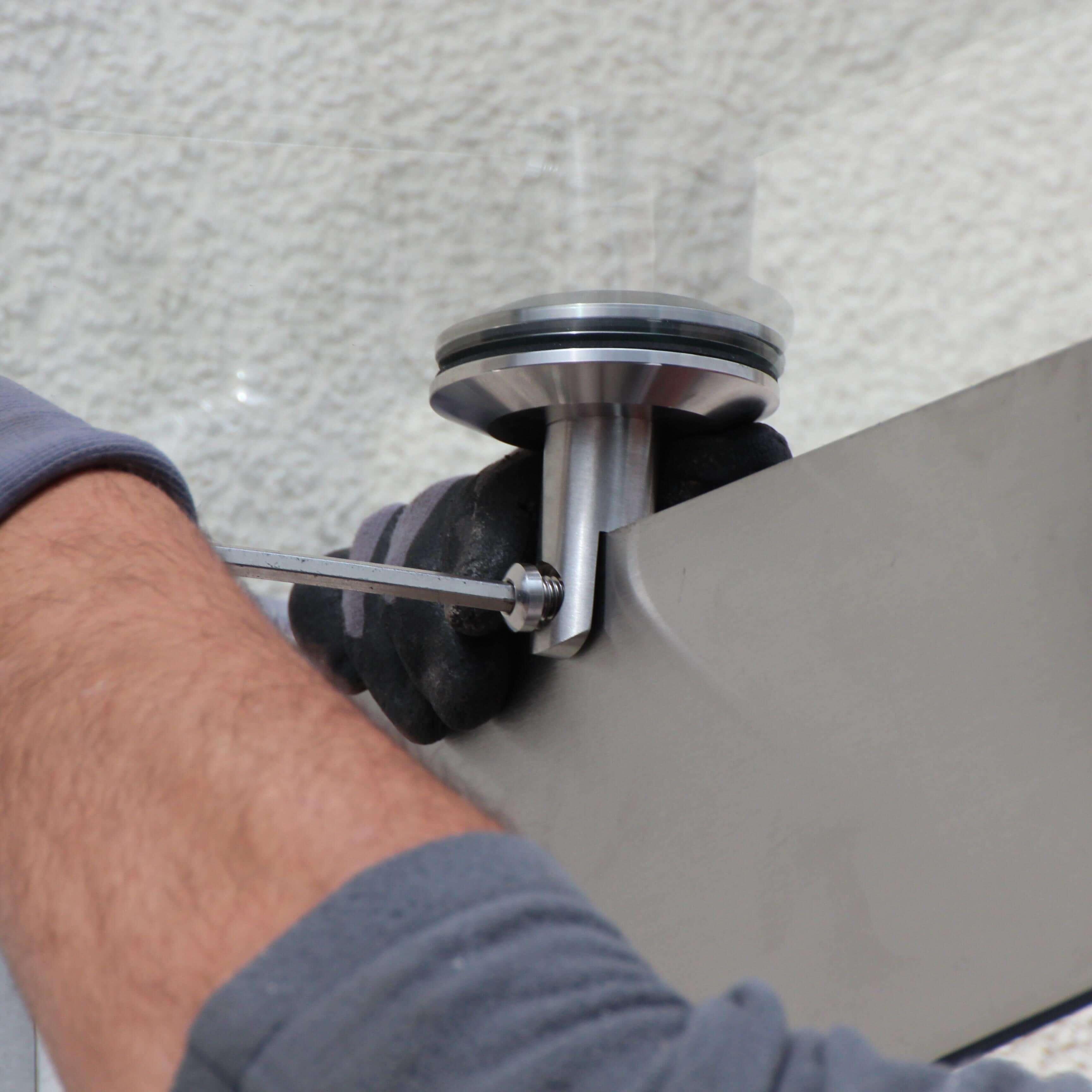 Vordach-Schwert mit Glas verschrauben