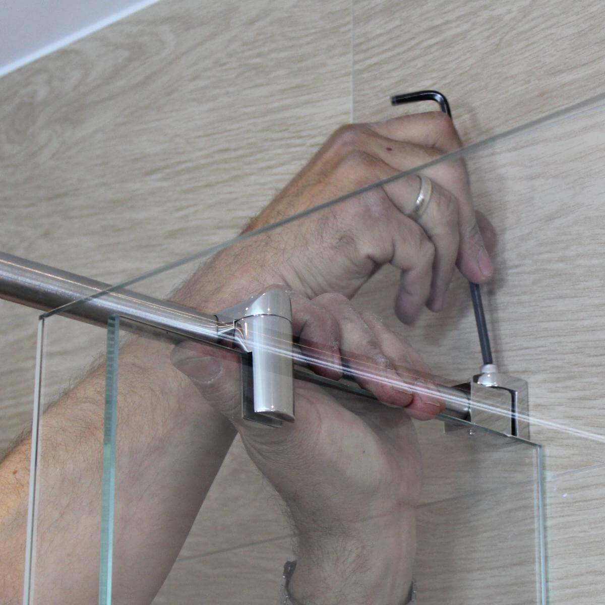 Wandmuffe der Stabistange wird passend eingestellt und fixiert