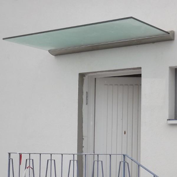 haust rvordach aus glas mit wandprofil befestigung mit milchglas. Black Bedroom Furniture Sets. Home Design Ideas