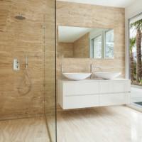 Walk-in-Dusche mit einem Festteil rechts an der Wand befestigt